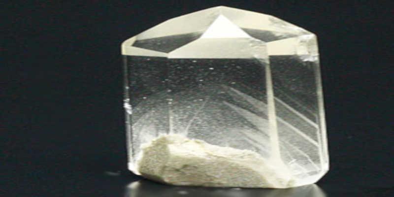 Punta de cuarzo transparente con fantasma